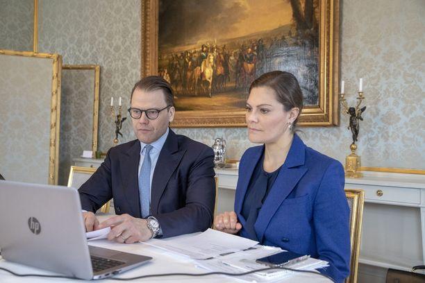 Kruununprinsessa Victoria ja prinssi Daniel tekevät töitä etäyhteyksin.