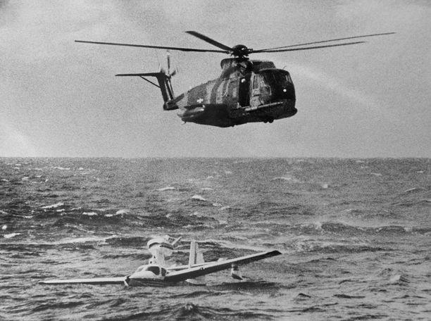 Tässä kuvassa Orvokki Kuortti kokee olleensa parhaimmillaan. Pelastushelikopteri nouti pakkolaskun tehneen Kuortin Atlantin tyrskyistä vuonna 1977.