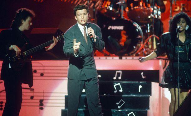 Rick Astley esiintyi vuoden 1988 Brit Awardseissa.