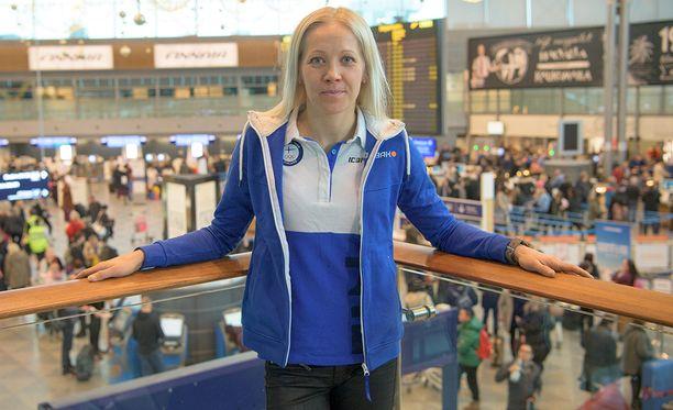 Kaisa Mäkäräinen oli lähtötunnelmissa lentoasemalla tavallista totisempi.