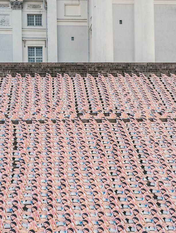 Tämä tempaus sai kirkon tuohtumaan: Summer Up -festivaalien järjestäjät levittivät tuhat Nicki Minaj -pahvinukkea Tuomiokirkon portaille varhain keskiviikkoaamuna.