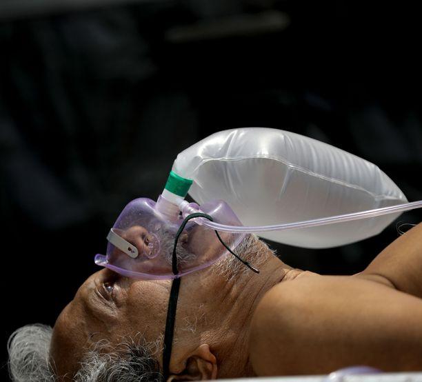Koronapotilas sai lisähappea sairaalassa Kalkutassa maanantaina.