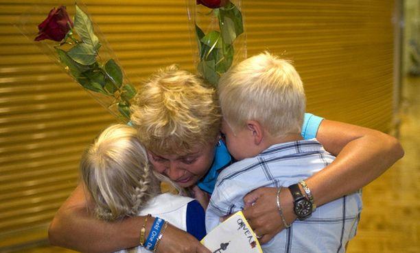 Onnea äiti! Sadun omat lapset olivat lentokentällä vastassa tuoretta olympiavoittajaa.