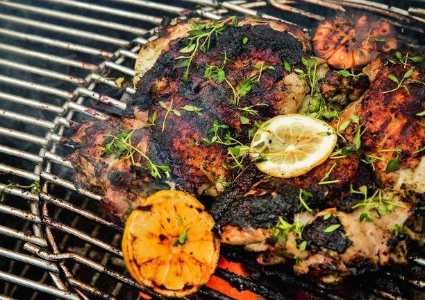 Kokonaisena grillattu kana on oiva vaihtoehto iänikuisille fileille tai koipipaloille. Kuvan kana on valmistettu keittiömestari Joseph Youssefin reseptin mukaan.