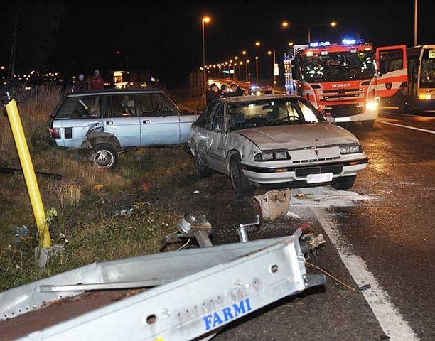 Lavalla kuljetettu henkilöauto suistui tuntemattomasta syystä tielle.