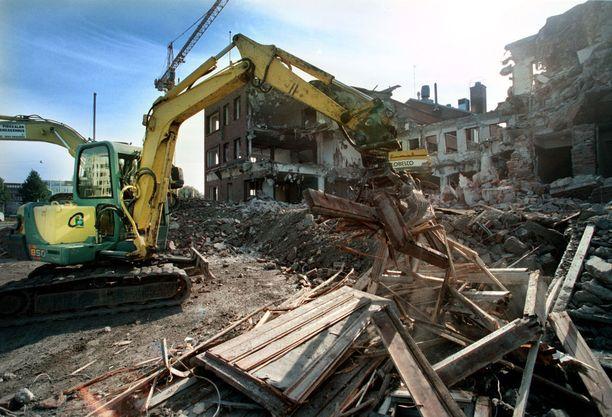 Kiinteistölle päätynyt täytemaa oli murskattua rakennusjätettä. Se sisälsi tiilen ja betonin ohella myös muovia ja terveydelle vaarallista asbestia. Kuva tamperelaiselta purkutyömaalta.