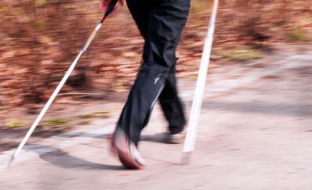 Polven asennosta on kiinni, kuormittaako kävely niveliä liikaa. Virheen voi korjata myös jalkineilla.