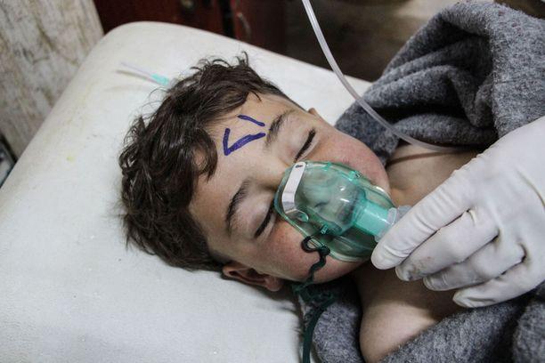 Syyriassa tehtiin huhtikuussa sariini-isku, jossa kuoli 83 ihmistä. Valtaosa uhreista oli naisia ja lapsia.