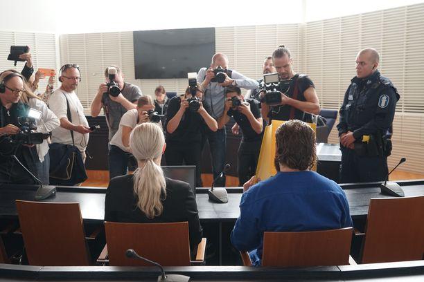 Itä-Uudenmaan käräjäoikeus oli täynnä mediaa, kun epäiltyjen poliisiampujien vangitsemisasioita käsiteltiin.