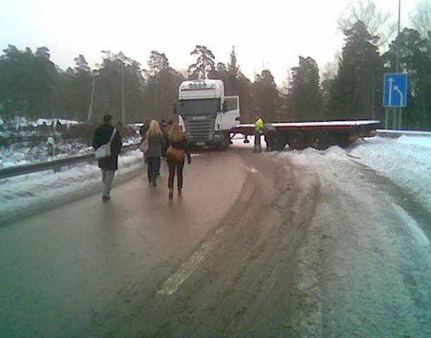 Lumisessa kurvissa huonolla menestyksellä luistellut rekka jumitti liikenteen Keilaniemessä.