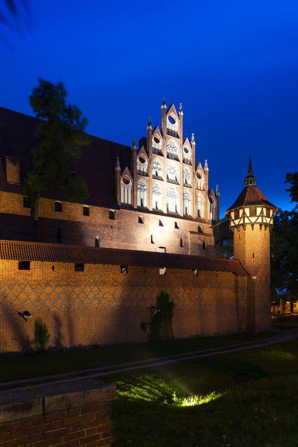 Malborkin linnassa voi käydä myös pimeällä, jos varaa opastetun yökierroksen.