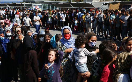 Suomi vastaanottaa 11 turvapaikanhakijaa tulipalon tuhoamalta leiriltä Kreikasta – taivasalla yhä tuhansia