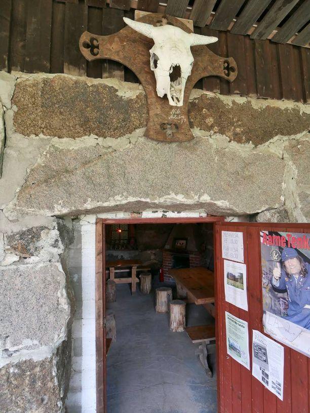 Pubin oven päällä on tarinan mukaan navetan viimeisen asukkaan jäämistö.