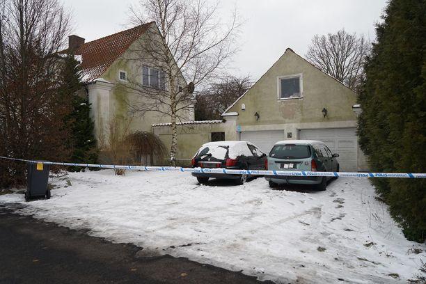Kaksikerroksisen omakotitalon pihalle oli pysäköity kaksi autoa. Poliisi oli peittänyt autojen rekisterikilvet.