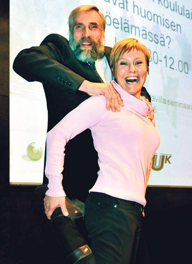 - Näin voi hieroa toista ja jos ei sitä toista ole, voi opetella itte hieromaan ittiään, rohkaisee Juha Mieto Tuuli Matinsalo hyppysissään.
