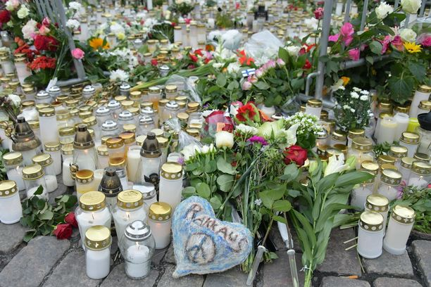 Yhdellä tiistaina vangittavaksi vaadittavalla miehellä on seksuaalirikos Suomessa. Tuomio ei kuitenkaan ole vielä lainvoimainen.