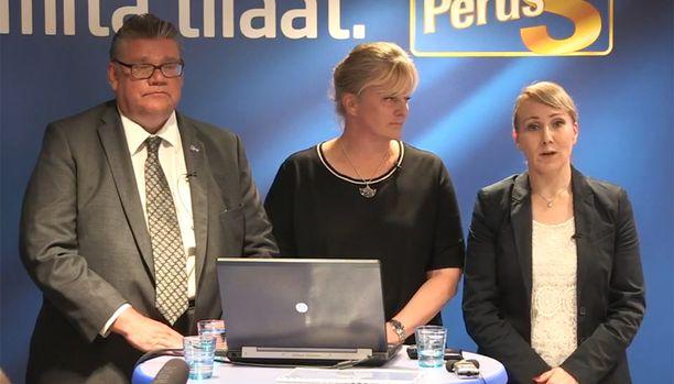 Hanna Mäntylä (oik.) kertoi tiedotustilaisuudessa jättävänsä ministerin tehtävät läheisensä vakavan sairastumisen takia.