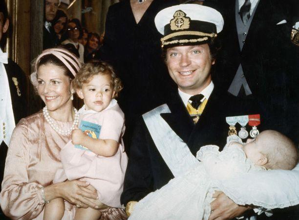 2-vuotias prinsessa Victoria veljensä Carl Philipin ristiäisissä vuonna 1979.