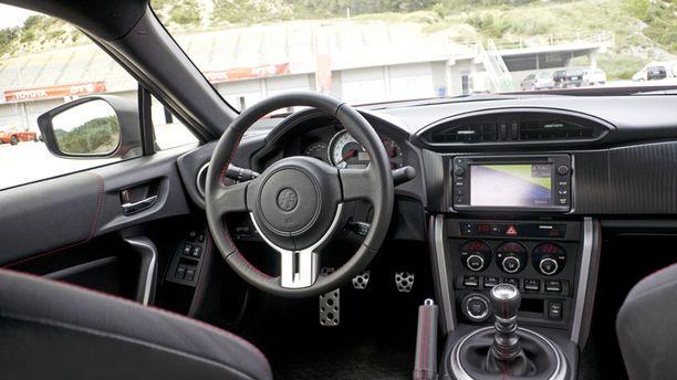 Tosi lyhyt vaihdekeppi ja ratti ilman mitään painikkeita korostavat, että tämä auto on tehty puhtaasti ajamista varten.