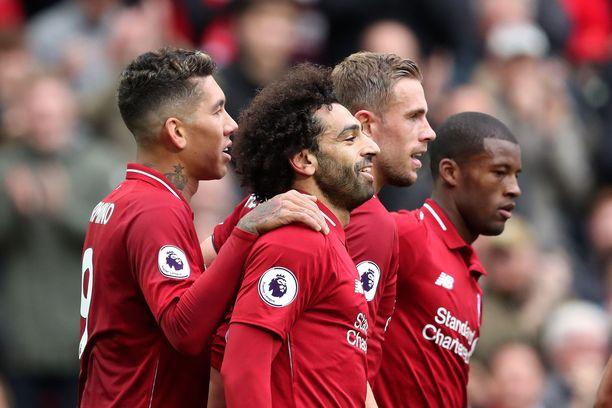 Mohamed Salah juhli maaliaan Roberto Firminon, Jordan Hendersonin ja Georginio Wijnaldumin kanssa.
