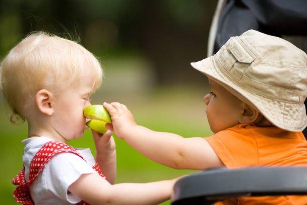 Lasten lyhyessä syntymävälissä on hyvät ja huonot puolensa.