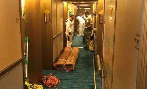 Henkilökunta korjasi tulvan jälkiä, kuvan jakoi laivayhtiö nettisivuillaan.