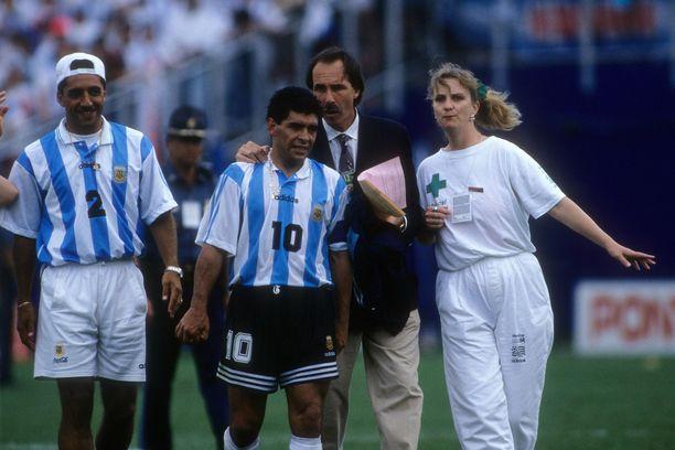 Sue Ellen Carpenter (valkoisessa) juoksi kentälle ja haki Diego Maradonan dopingtestiin kesällä 1994.