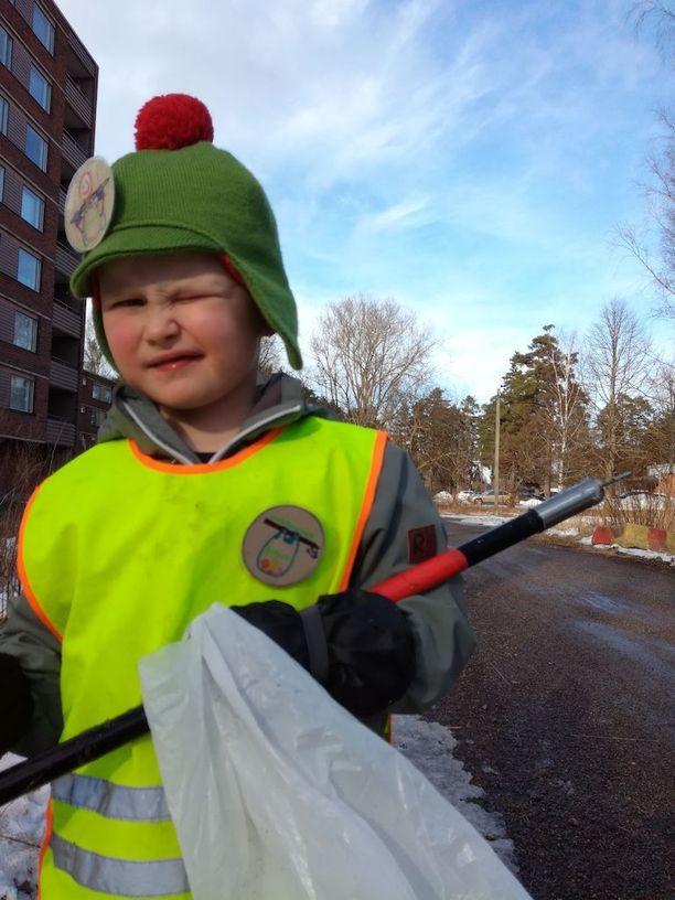 Pihapiiristä Alvar saa kerätä roskia yksinkin. Pidemmälle reissulle pitää ottaa äiti tai isä mukaan.