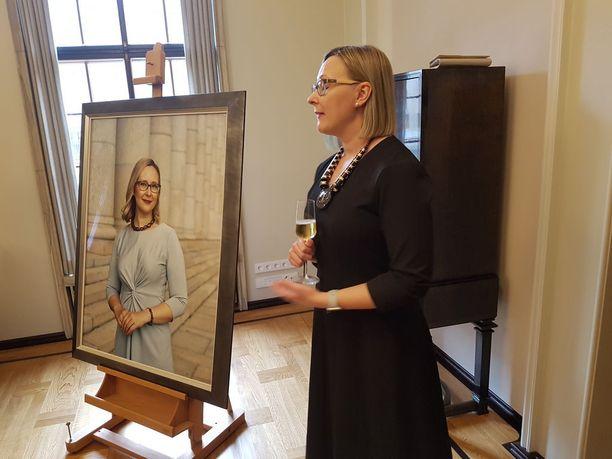 Entisen puhemiehen Maria Lohelan (sin) muotokuvaa paljastettiin eduskunnassa tiistaina.