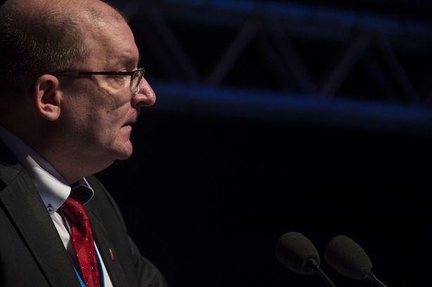 Teollisuusliiton puheenjohtaja Riku Aalto sanoi toukokuussa 2017 Talouselämälle, että olisi toivottavaa, että Helle keskittyisi valtakunnansovittelijan tehtävään ja toimisi neutraalilla tavalla.