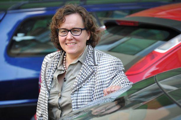Liikenneturvan toimitusjohtaja Anna-Liisa Tarvainen näkee uudessa liikennevirhemaksussa myös ongelmia.