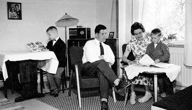 – Perhepotretti vuodelta 1958. Luin jo tuolloin innokkaasti Intiaanipäällikkösarjiksia.