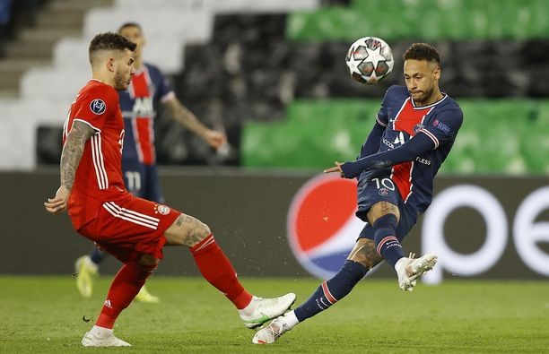 Neymar (oik.) aiheutti Bayernin Lucas Hernandezille painajaisia.