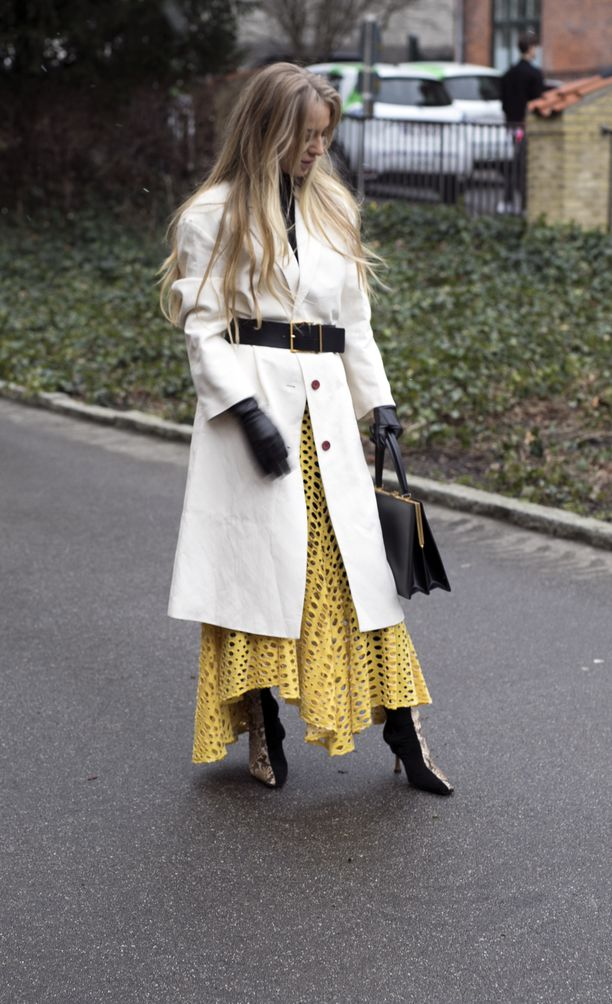Yksi muotiviikon kenties perinteisesti naisellisimmista lookeista. Takin päälle puettu vyö, nahkayksityikohdat, koristeellinen hame sekä valkoinen takki voisivat olla Milanosta - säätila ei.