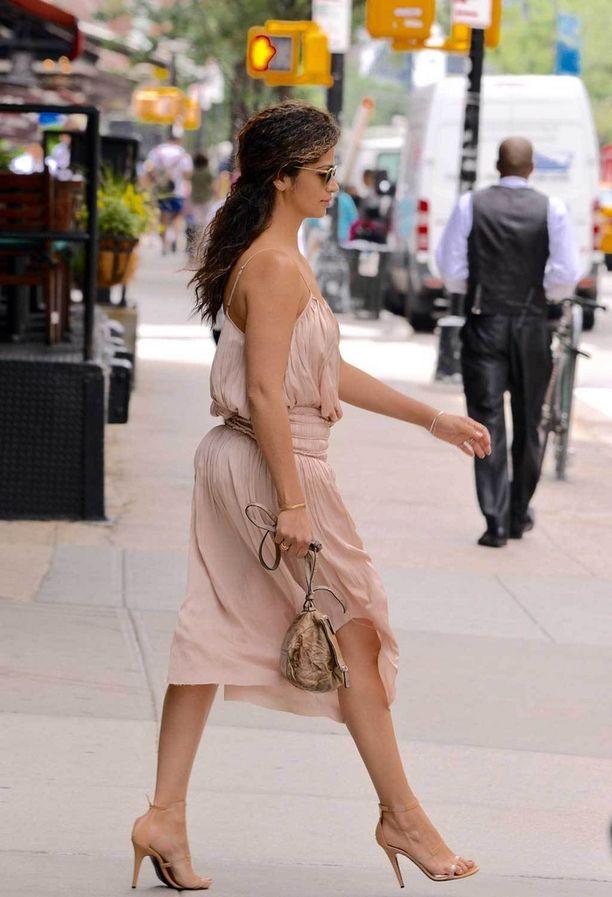 Camila Alves korkeissa koroissaan.