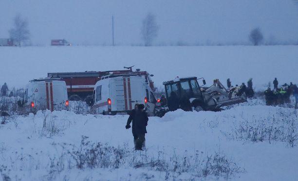 Pelastustyöt turmapaikalla jatkuvat. Antonov An-148 -tyyppinen suihkumatkustajakone putosi pellolle Moskovan alueella, ja kaikki koneessa olleet saivat surmansa.