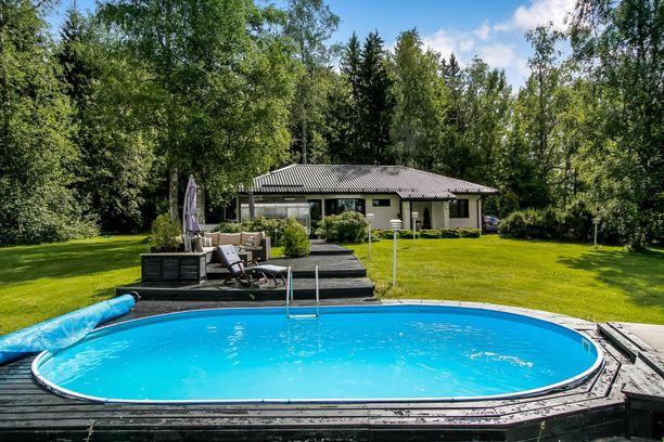 Mäntsäläläistalon pihalla sijaitsevan lämmitetyn uima-altaan voi suojata allaspeitteellä.