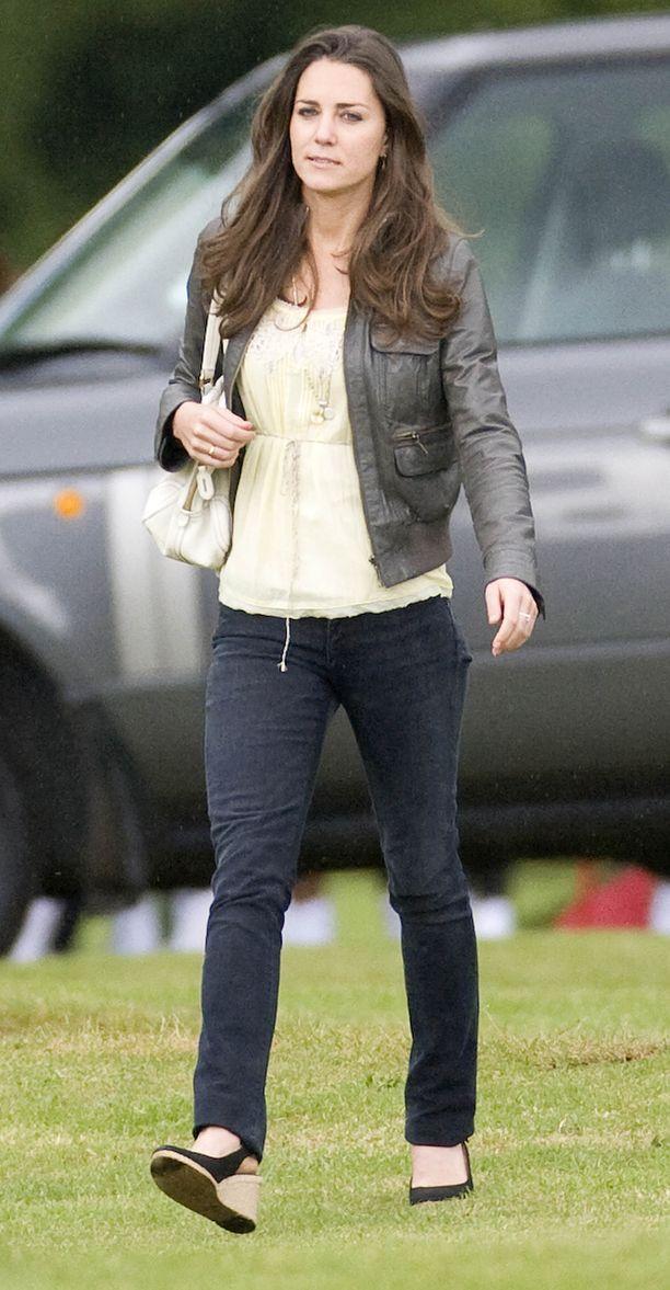 Vuonna 2009 Catherine oli 27-vuotias. Lehdissä spekuloitiin, olivatko prinssi William ja Kate menneet salaa kihloihin.