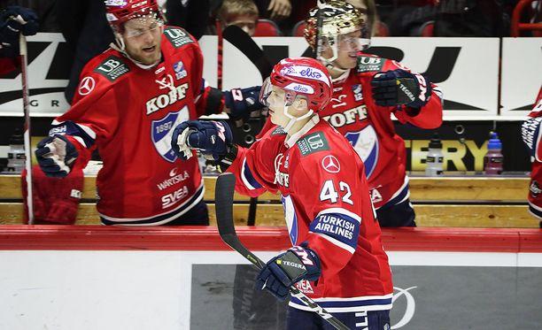 Teemu Eronen ottaa vastaan onnitteluja 5-0-osumansa jälkeen.