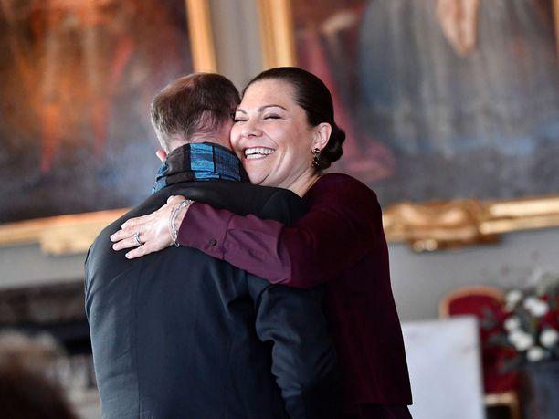 Valokuvaaja Thron Ullberg sai prinsessa Victorialta lämpimän halauksen.