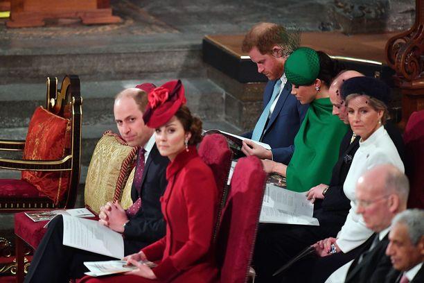 Prinssi Harry ja herttuatar Meghan istuivat paikoillaan prinssi Williamin ja herttuatar Catherinen saapuessa paikalle.