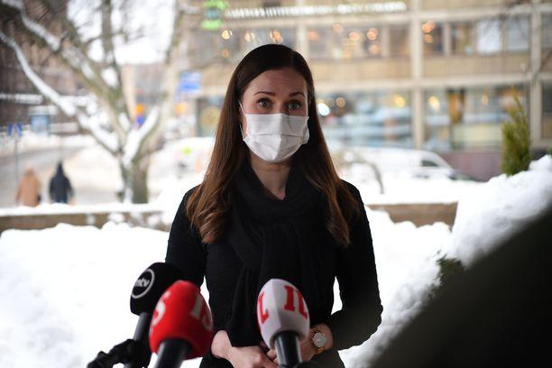 Muuntovirusten uhka ja koronarokotteiden saatavuus huolettaa, kertoi Säätytalolle saapunut pääministeri Sanna Marin.