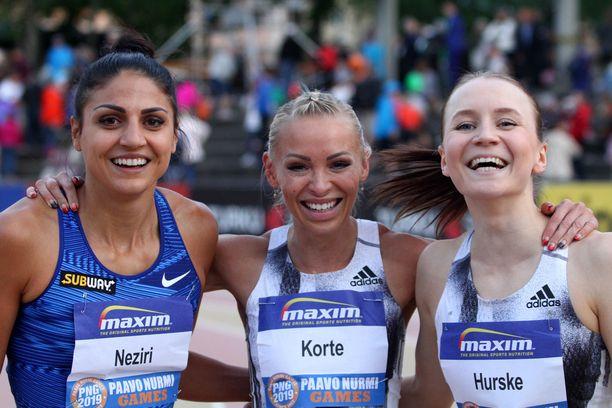 Nooralotta Neziri (vas.) ja Reetta Hurske taipuivat keskellä leveästi hymyilevälle Annimari Kortteelle.