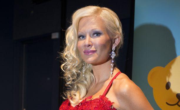 Linda Lampenius asuu perheineen Ruotsissa.