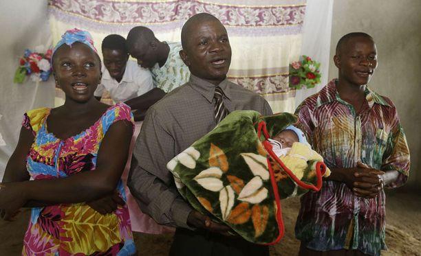 Sierraleonelainen Victoria Yillia (vas.) selvisi ebolasta ja synnytti lapsen, jota pastori Gabriel Abu keskellä pitää sylissään. Ebolavirusta ei ole kuitenkaan kokonaan nujerrettu Länsi-Afrikassa.