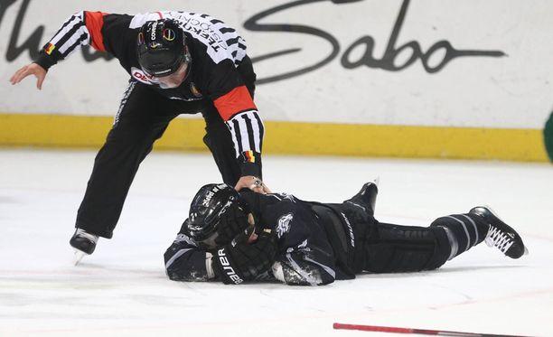 Tuomari huomasi nopeasti, että pelaaja loukkaantui vakavasti.