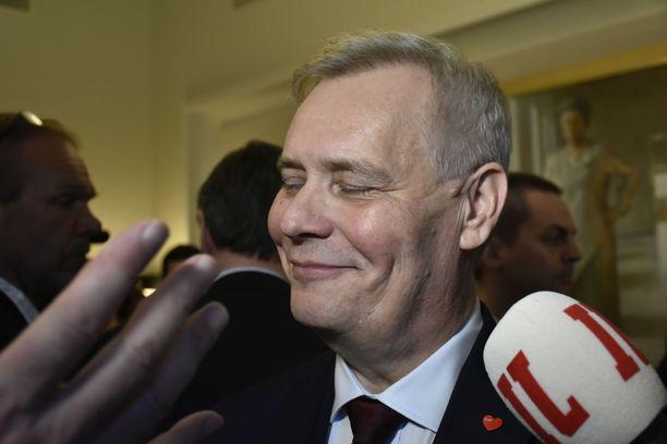 Hallituksen muodostaja Antti Rinne toimittajien piirittämänä eduskunnassa 8. toukokuuta sen jälkeen, kun hän oli julkistanut hallitusneuvotteluihin lähetevät puolueet.