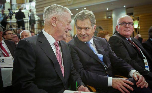 Presidentti Sauli Niinistö kertoo käyneensä läpi Suomen turvallisuuteen liittyviä perusasioita tapaamisessaan Yhdysvaltain puolustusministerin James Mattisin kanssa Münchenissä.