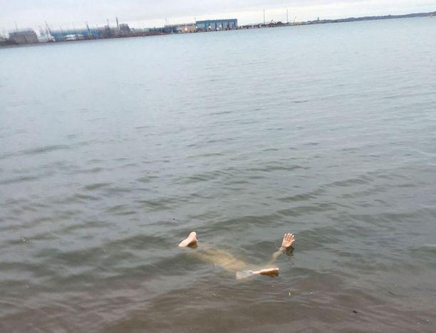 Nukke lojui meressä muutaman metrin päässä rannasta.