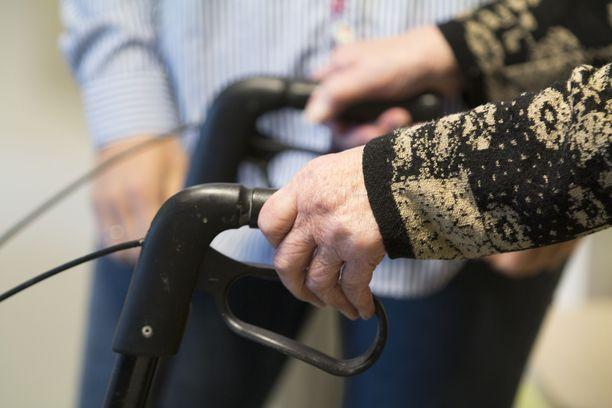 Vanhustenhoidon ongelmat ovat olleet jo pitkään julkisuudessa. Kuvituskuva.